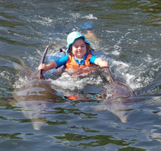 Emilia bei der Delphintherapie